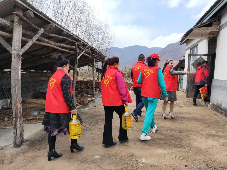 富德生命人寿集安支公司组织志愿者开展慰问贫困家庭活动.jpg